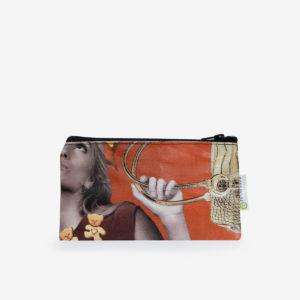 Trousse plate en bâche publicitaire recyclée orange.