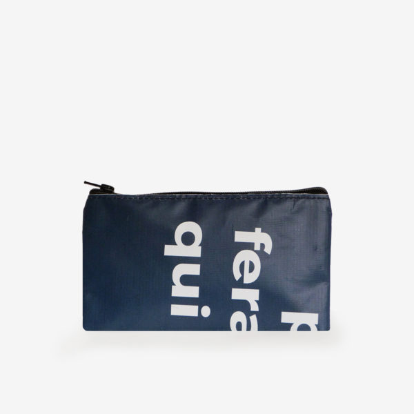 Dos de trousse plate en bâche publicitaire recyclée bleue textes blancs.