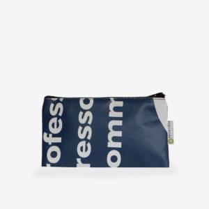 Trousse plate en bâche publicitaire recyclée bleue textes blancs.