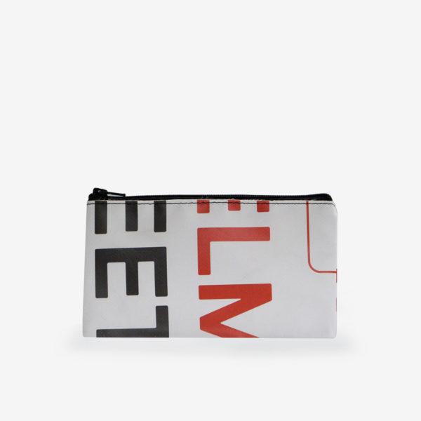 Dos de trousse plate en bâche publicitaire recyclée design et graphique.