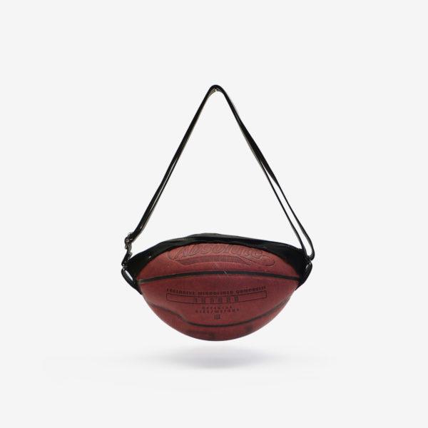 Dos de sac en ballon de basket recyclé en cuir rouge sombre.