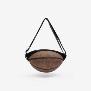 Sac en ballon de basket recyclé en cuir patiné.