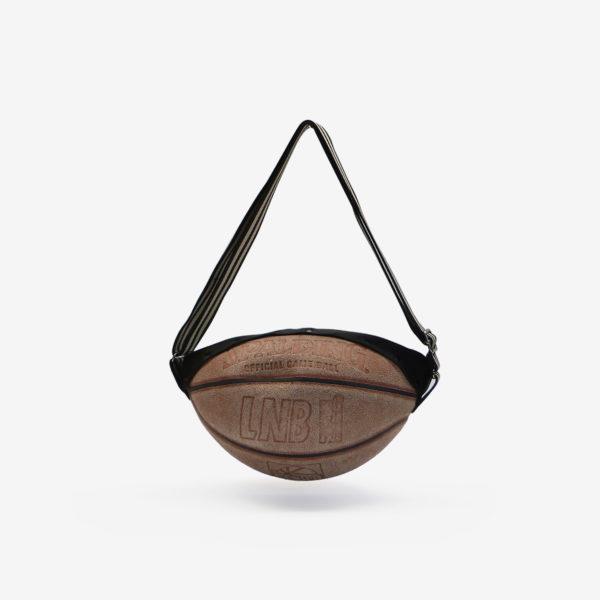Dos de sac en ballon de basket recyclé en cuir patiné. Mode et économie circulaire vont de pair.
