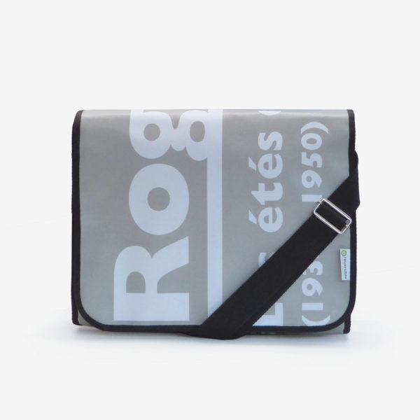 sacoche grise avec lettres blanches en bâche publicitaire.