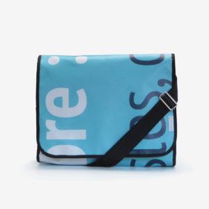 sacoche bleue en bâche publicitaire.