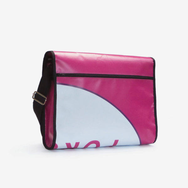 Dos de sacoche rose en bâche publicitaire .