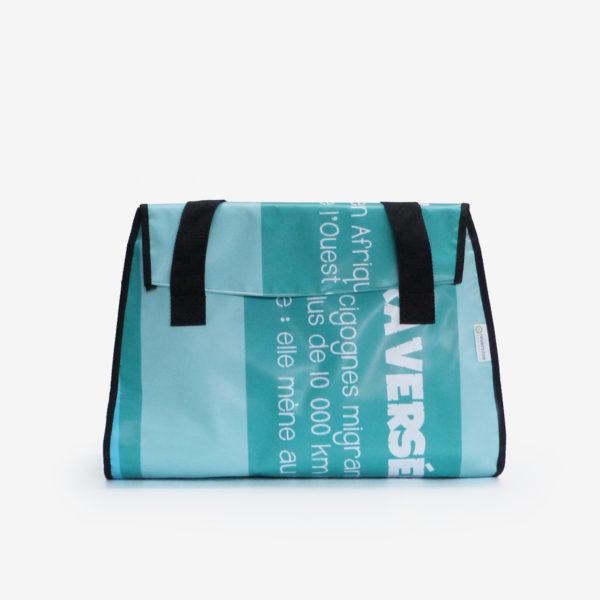 Sac week-end en bâche publicitaire recyclée bleu azur.