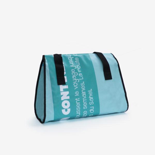 Dos de sac week-end en bâche publicitaire recyclée bleu azur.