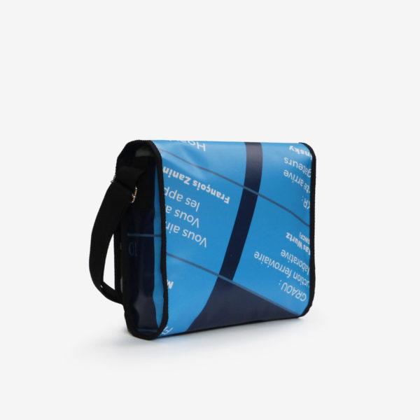 Dos de sac besace en bâche publicitaire bleue.