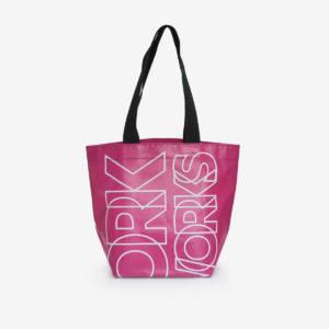 sac cabas en bâche publicitaire rose.