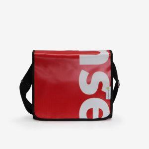 Sac besace en bâche publicitaire rouge.