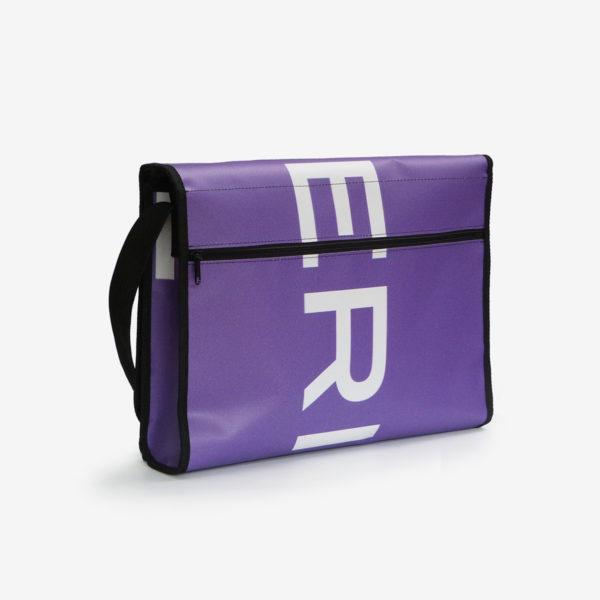 Dos de sacoche en bâche publicitaire violette.