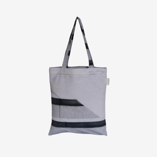 18 Dos de Tote bag en toile publicitaire noire et blanche.
