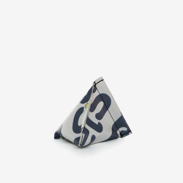 21 Porte-monnaie gris en bâche publicitaire recyclée.