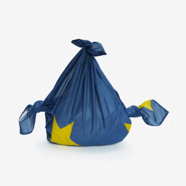 06 Furoshiki plié en toile publicitaire bleue.