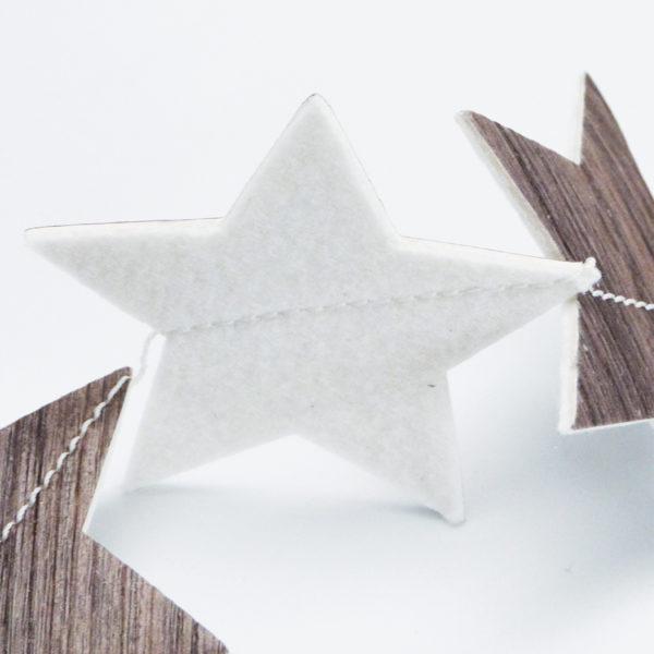 Détail de guirlande d'étoiles en chute de sol vinyle imitation bois