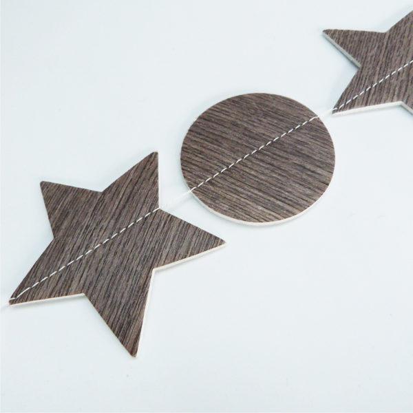 Détail de guirlande en chute de sol vinyle imitation bois