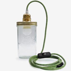 Lampe baladeuse fil vert couvercle doré en bocal de conserve en verre Le Parfait.