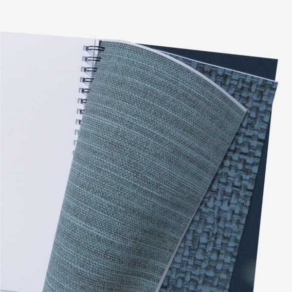1 Pages intérieures de carnet en papier peint recyclé tons bleus.