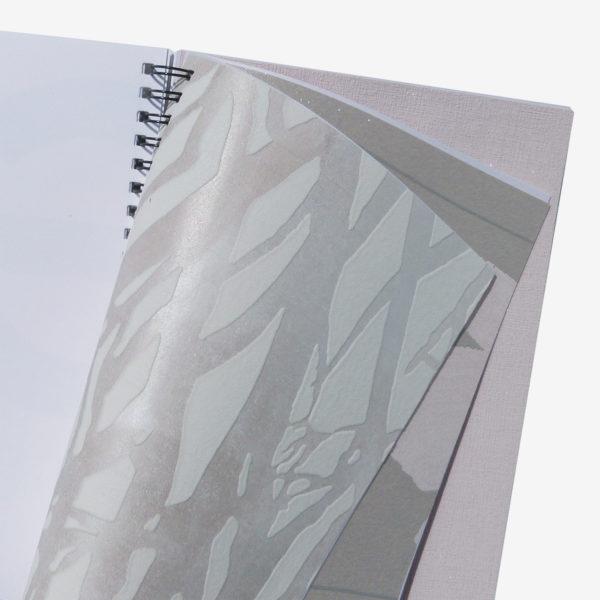 4 Pages intérieures de carnet en papier peint recyclé tons beiges.