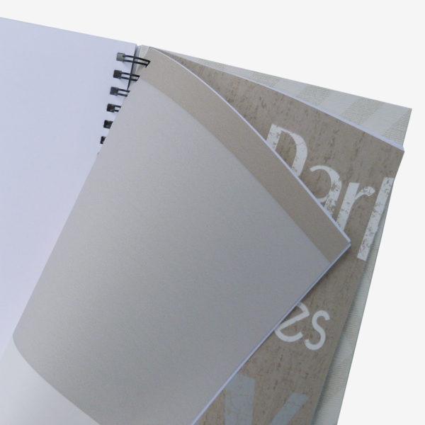 7 Pages intérieures de carnet en papier peint recyclé tons beiges.