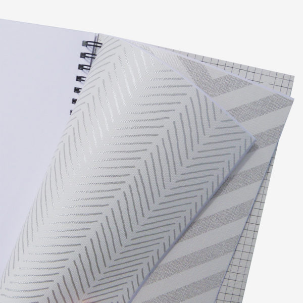 11 intérieur de carnet en papier peint recyclé tons gris.
