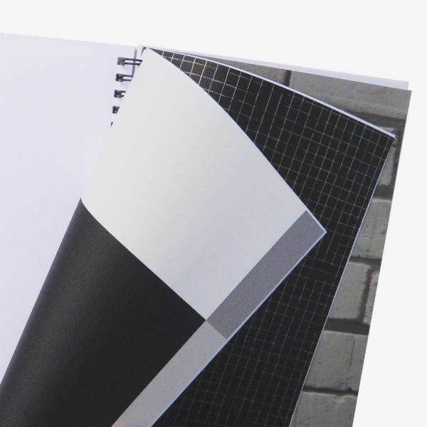 16 Pages intérieures de carnet en papier peint recyclé tons gris.